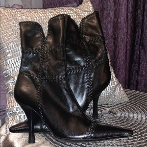BCBG Black Leather side zip bootie CUTE Fabulous!